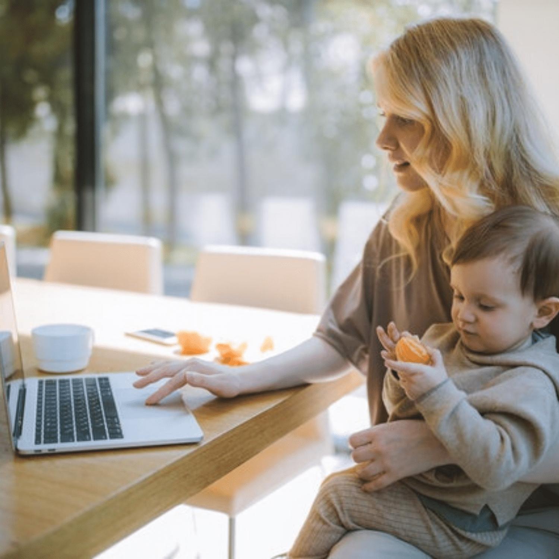 אמא עם תינוק עובדת מהבית
